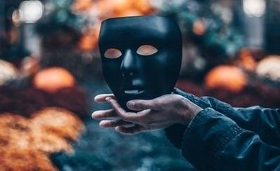 黒い仮面を持つ男