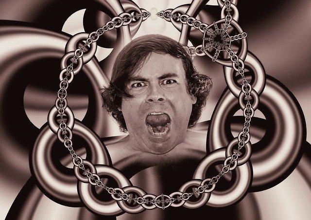 鎖の真ん中で叫ぶ男性