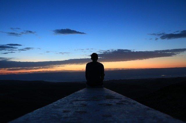 空を見つめる男性